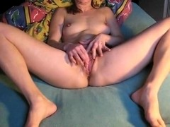 Sexy hottie oils her cunt for rubbing