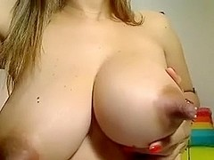 Tetona madura de largos pezones masturbandose