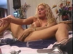 BIZARRE ... !!! Astonishing Woman !!! This Babe dildoing her peehole