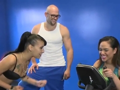 Dude seduces two hot girls to fuck in a gym