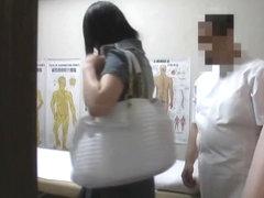 Kinky masseur sliding finger in Asian cunt on spy video