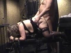 Sub wird von hinten gefickt, w�hrend sie auf dem Gestell gefesset ist