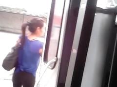 BUEN CULO BAJANDO BUS