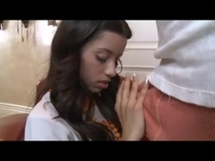 Une jeune latine suce une bite et se fait baiser.