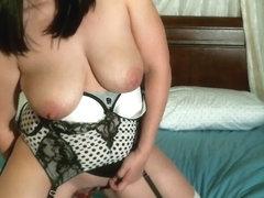 Horny amateur dildos n fingers herself