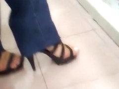 probando zapatos 2 in the shoe estore 2
