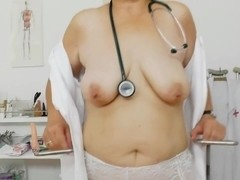 La enfermera cochina se queda a solas