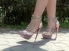 golden high heels ;)