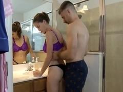 La fille a papa dans la salle de bain