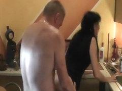 Klempner verlegt sein Rohr