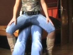 User auf die Jeans gepisst