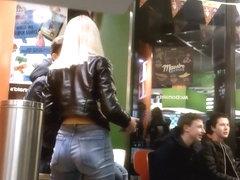 Datt ass gets peeped by voyeur