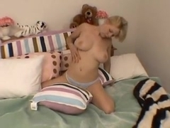 girl playin on her bed