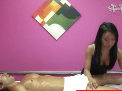 Asian masseuse cockriding client for fast tip