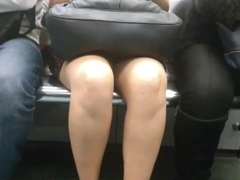 Lindas piernas y bajo la falda en Metro L7 MX