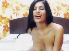 Sexy Amateur Babe Loves To Play on Cam