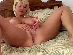 Mature babe dildo fucks her pussy