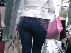 Candid ass walking in tight Levis jeans