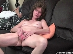 Granny with saggy scoops and curly cookie masturbates