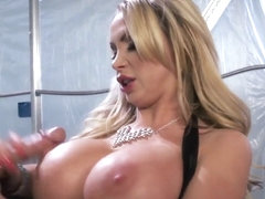 Порнуха группой ебут, порно массажист зализал